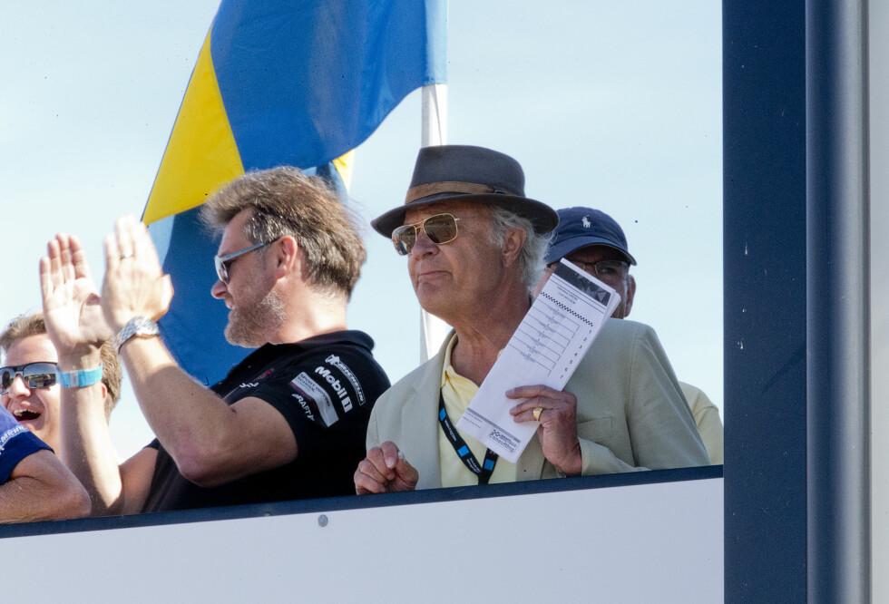 IVRIG TILSKUER: Kong Carl Gustaf er en motosport-entusiast, og var på plass på Falkenbergs Motorbana både fredag og lørdag. Her følger han spent med på sønnens seiersløp. Foto: TT NYHETSBYRÅN