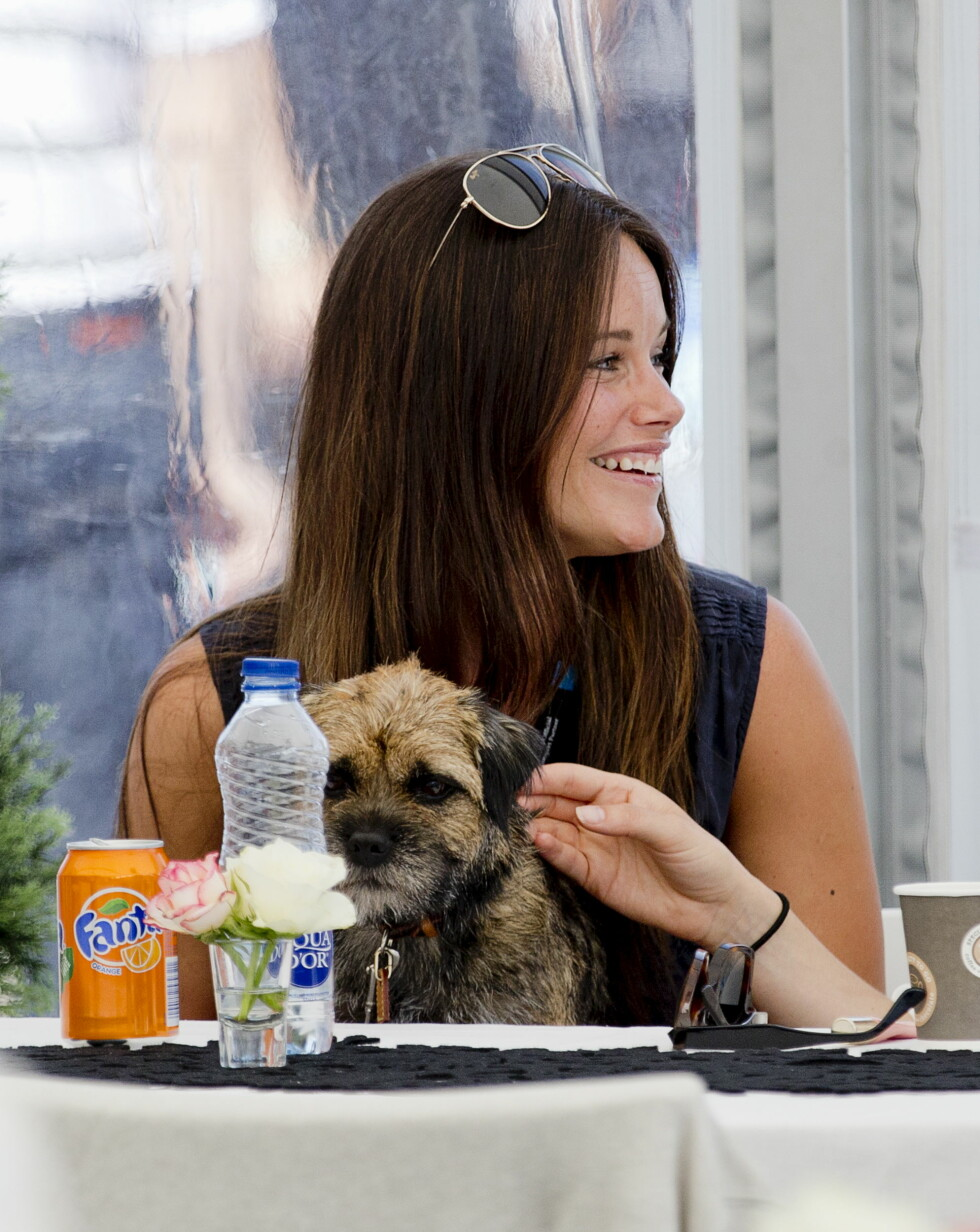 FIRBEINT VENN: Prinsesse Sofia hadde med seg hunden Siri, som hun har sammen med ektemannen, da hun besøkte Falkenberg lørdag.  Foto: Reuters