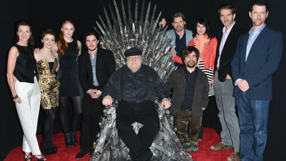 """POPULÆRE: Kit (nr. fire fra venstre) har blitt verdenskjent etter at han fikk rollen som Jon Show i """"Game of Thrones"""". Her er sammen med flere av sine kollegaer, samt forfatteren av bøkene som serien er basert på, George R. R. Martin (i midten). Foto: Scanpix"""