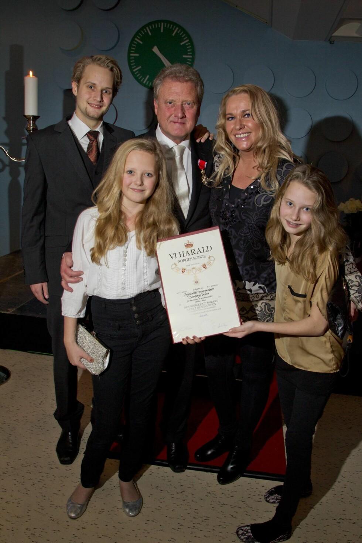 FAMILIEMANN: Dan Børge Akerø har satt stor pris på å ta med sine egne barn til Tivoli gang på gang. Da han ble slått til ridder av Kongen i 2012, var kona Mette og de tre yngste barna med.  Foto: Trond Mæland, Se og Hør