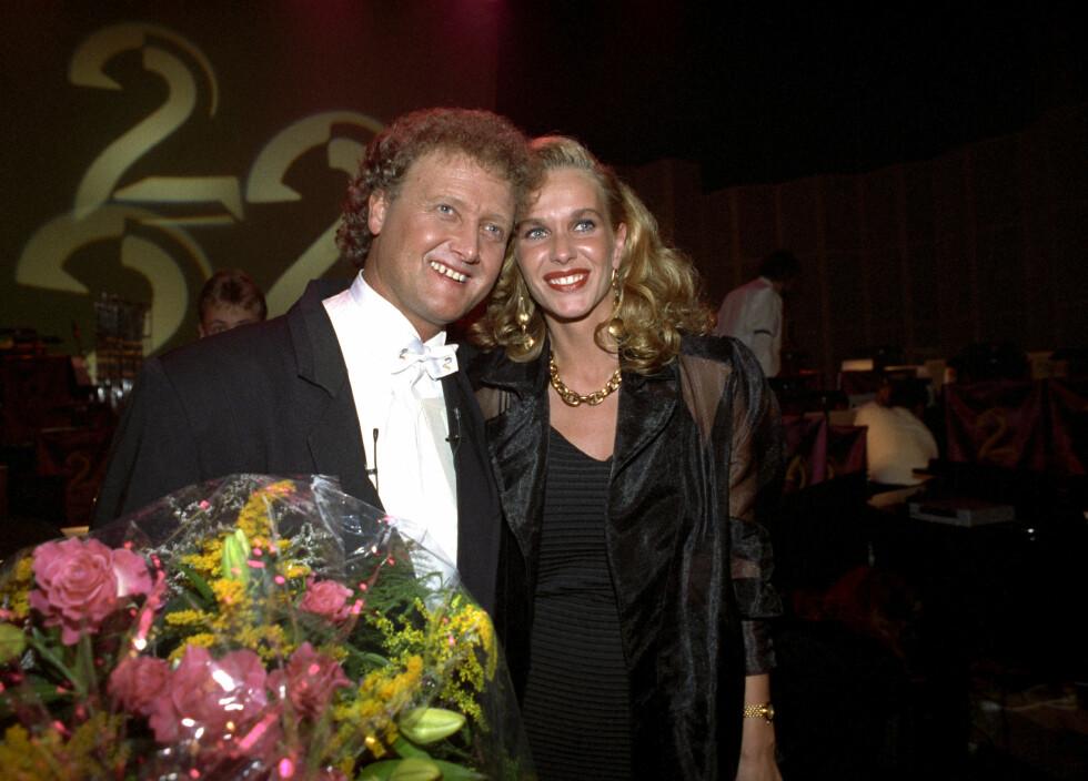 GODT GIFT: Dan Børge og Mette har vært et par i over 25 år, noe som sikkert innebærer at kona også har moret seg i Tivoli en del ganger. Her er de i Bergen i 1992, da den rutinerte programlederen ledet TV 2s åpningsshow.  Foto: NTB scanpix