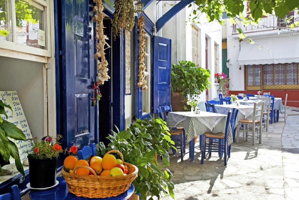 <strong>KOSELIG:</strong> Å sitte på tavernaer i smågater som her er toppen av gresk lykke. Foto: Star Tour