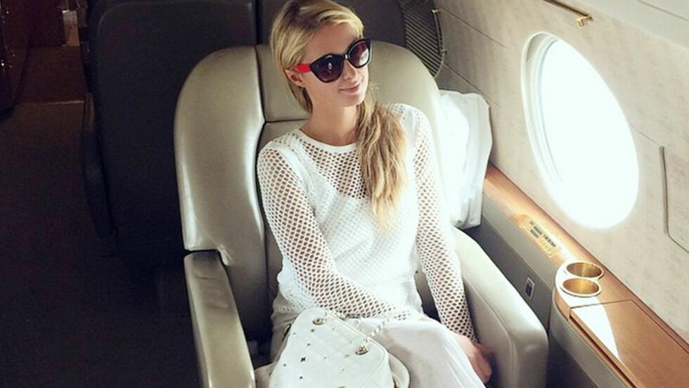 FALSKT FLY-MARERITT: Paris Hilton skal ha blitt livredd da hun ble utsatt for et flystyrt-stunt i Dubai nylig. Nå hevder nettstedet TMZ at stjernen skal ha blitt godt betalt for å bare spille skuespill. Her er hun ombord i et fly ved en annen anledning. Foto: Xposure