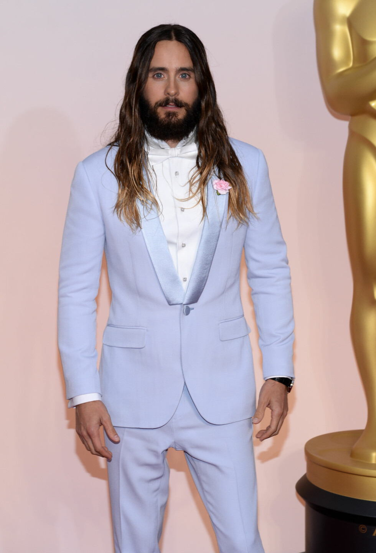 FYLDIG HÅRMANKE: For tiden har Jared Leto kort, platinablondt hår i forbindelse med «Suicide Squad»-innspillingen, men på Oscar-utdelingen i vinter var lokkene fortsatt intakte. Foto: SipaUSA