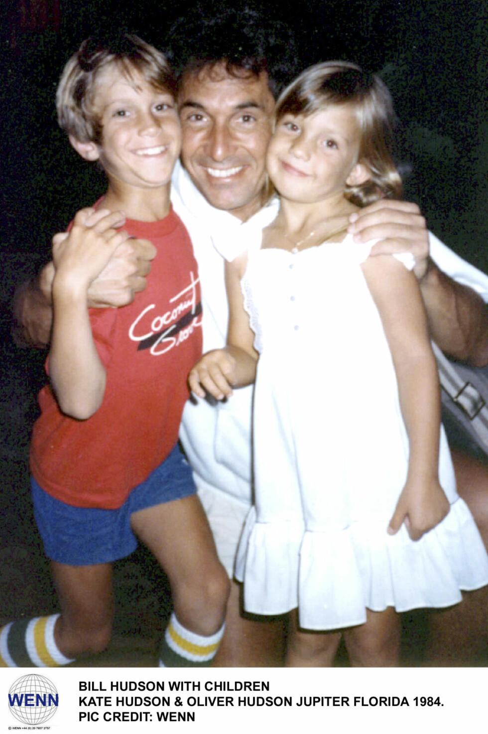 FAR OG BARN: Det finnes ikke mange bilder av Bill sammen med Oliver og Kate. Dette er fra 1984, fire år etter han brøt med mamma Goldie.  Foto: NTB Scanpix