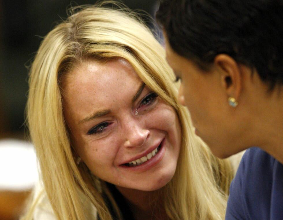 ARRESTERT FLERE GANGER: Her en gråtkvalt Lindsay Lohan i et av sine mange møter i retten etter diverse fyllekjøringer og andre brudd på loven. Bildet er tatt i 2010.  Foto: NTB Scanpix