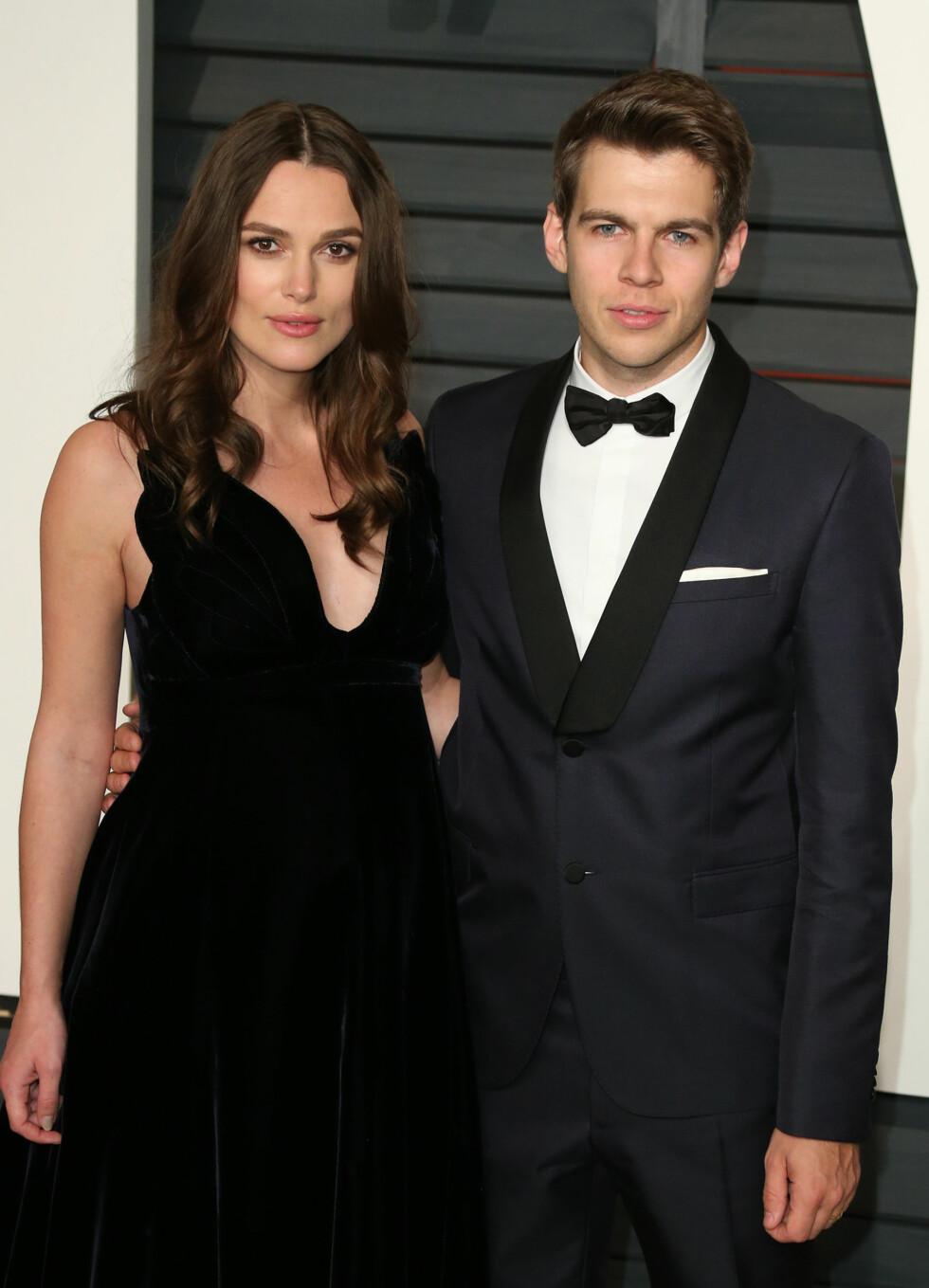 NYBAKTE FORELDRE: Keira Knightley og ektemannen James Righton på Vanity Fairs Oscar-fest i slutten av februar, omlag tre måneder før de ble foreldre.  Foto: wenn.com