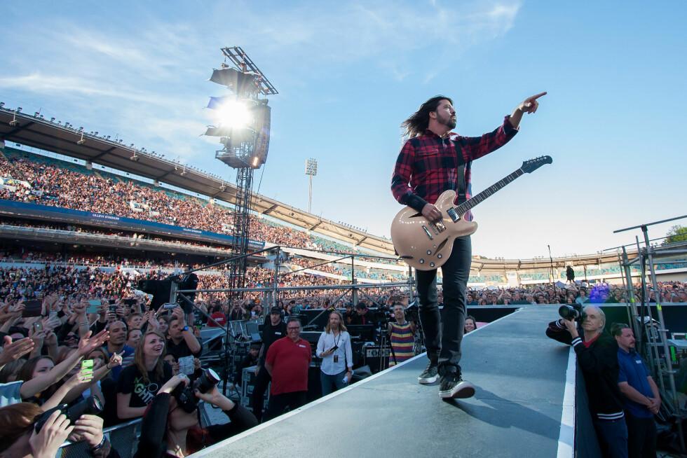 FØR FALLET: Dave Grohl i full vigør i et fullsatt Ullevi stadion i Gøteborg. Rockeren fortsatte konserten i sittende stilling etter fallulykken. Foto: wenn.com