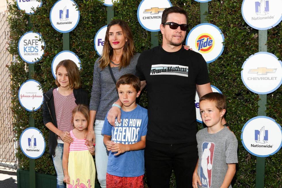 MUSKULØS: Firebarnsfaren sørger for å holde seg i form også etter at han la modellkarrieren på hylla. Her er Mark sammen med kona Rhea og barna på Safe Kids Day i West Hollywood i april.  Foto: Ap