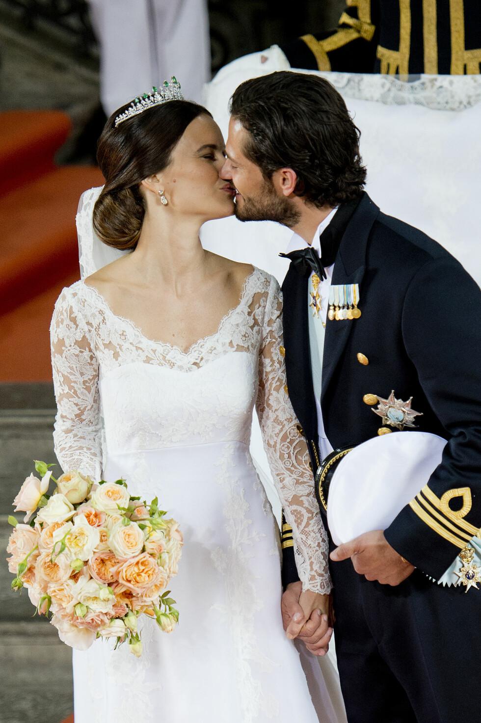 KYSSET: Prinsesse Sofia og prins Carl Philip hadde ingenting imot å kline til foran det svenske folket - og millioner av rojalister som fulgte bryllupet på TV-skjermen. Her har de to akkurat lovet hverandre evig troskap. Foto: NTB scanpix