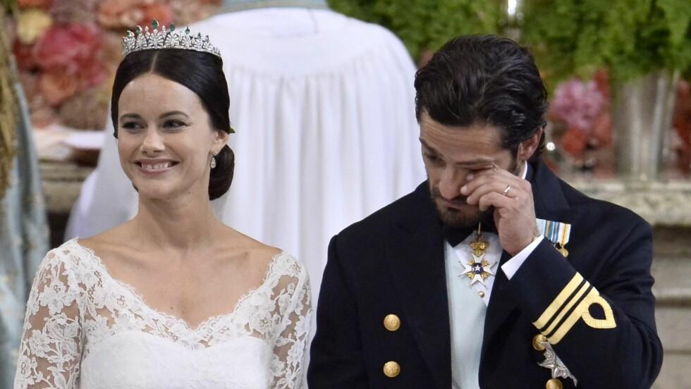 RØRT: Prins Carl Philip måtte tørke en tåre under seremonien. Foto: NTB Scanpix