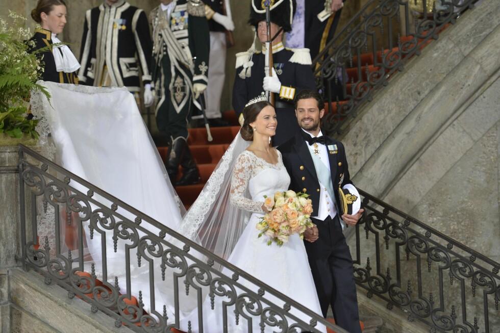 MANN OG KONE: Prinsesse Sofia og Prins Carl Philip på vei ut fra vielsen. Foto: NTB scanpix