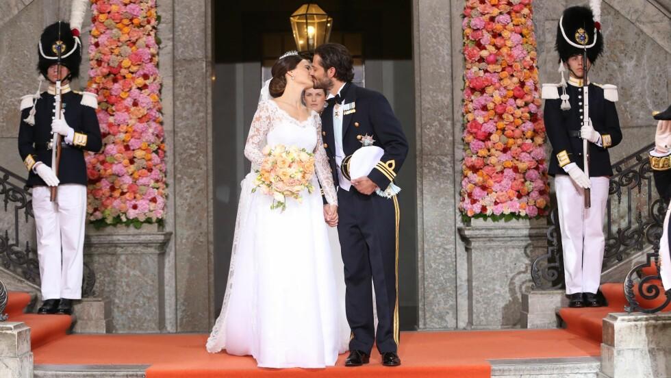KYSSET: Prinsesse Sofia og prins Carl Philip har akkurat lovet hverandre evig troskap. Foto: NTB Scanpix