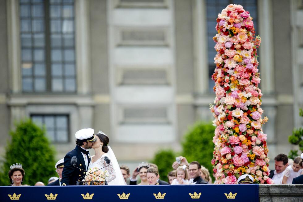KYSSET: Prins Carl Philip kysset sin vakre kone foran folket og slottet i Stockholm lørdag ettermiddag. Foto: NTB scanpix