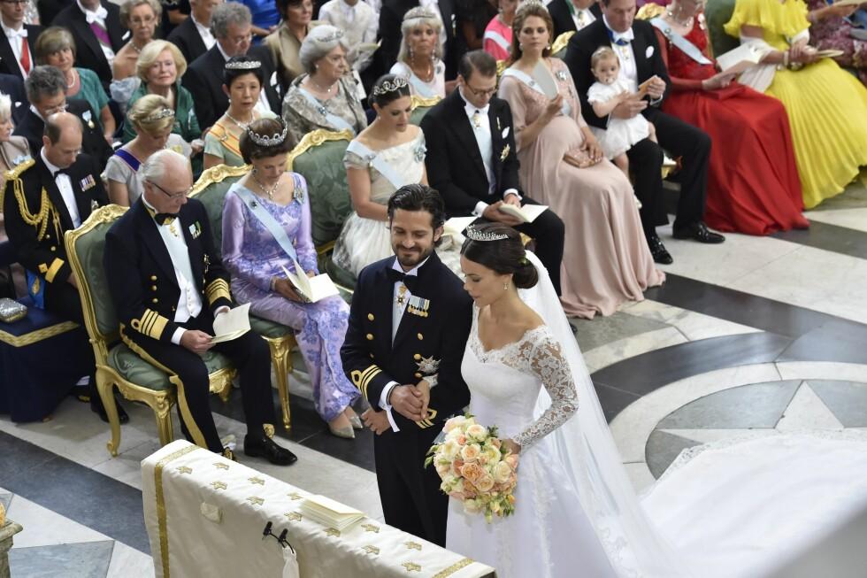 BRUDEPARET: Prins Carl Philip smilte fra øre til øre da han så sin vakre brud ved alteret.  Foto: NTB Scanpix