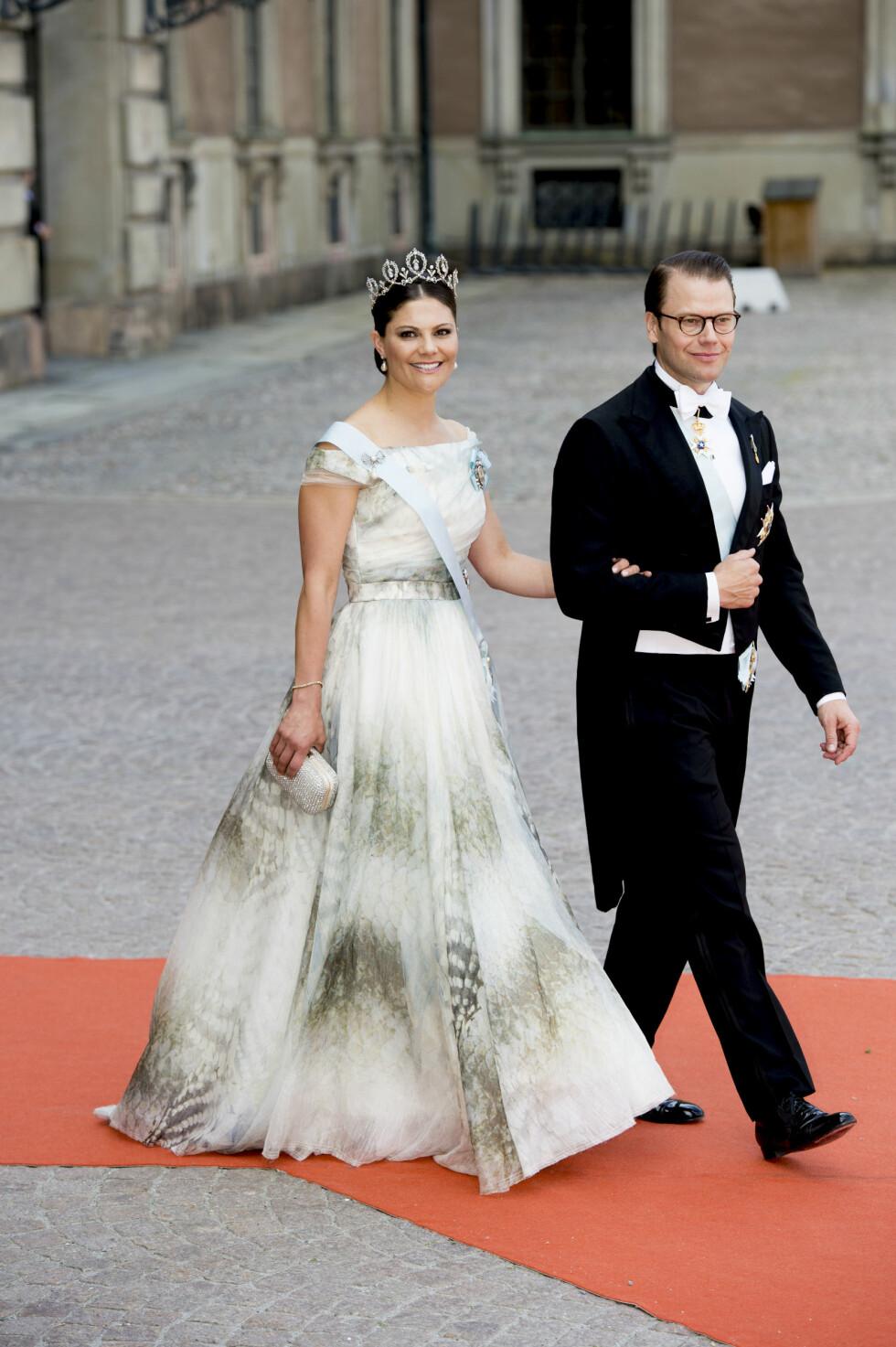BILLIG-KJOLE: Kronprinsesse Victoria gikk for design fra Hennes & Mauritz' conscious collection. Her med ektemannen prins Daniel på vei inn i kirken. Foto: NTB Scanpix