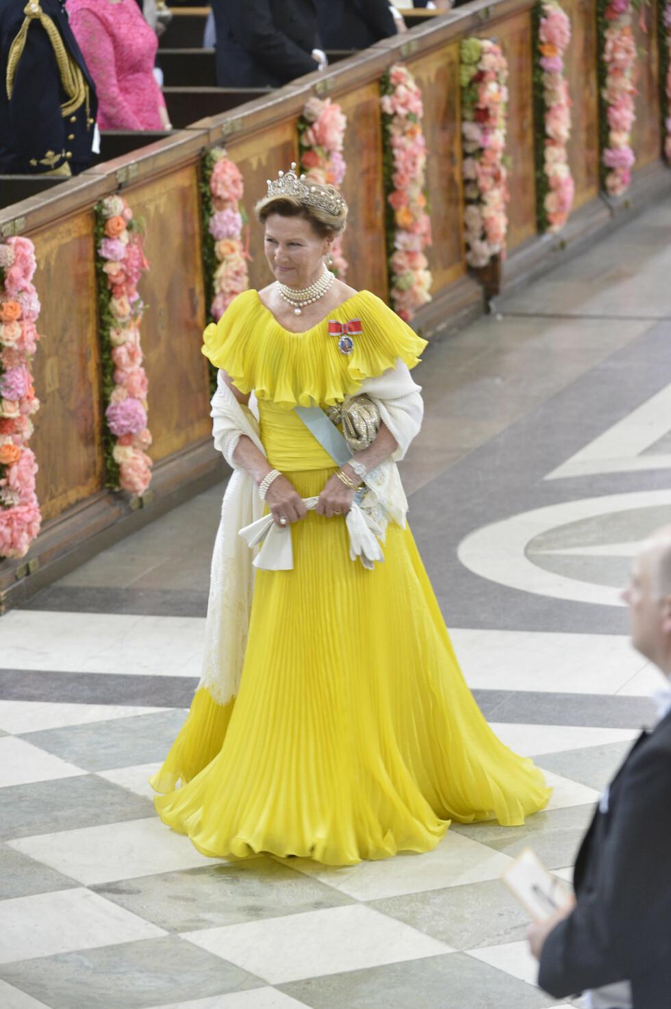 GULT ER KULT: Dronning Sonja gikk for gjenbruk - og strålte i den knallgule kjolen hun har brukt ved en rekke rojale tilsteldninger tidligere. Kanskje en hyllest til det svenske flagget, som kjent er blått og gult? Foto: NTB Scanpix