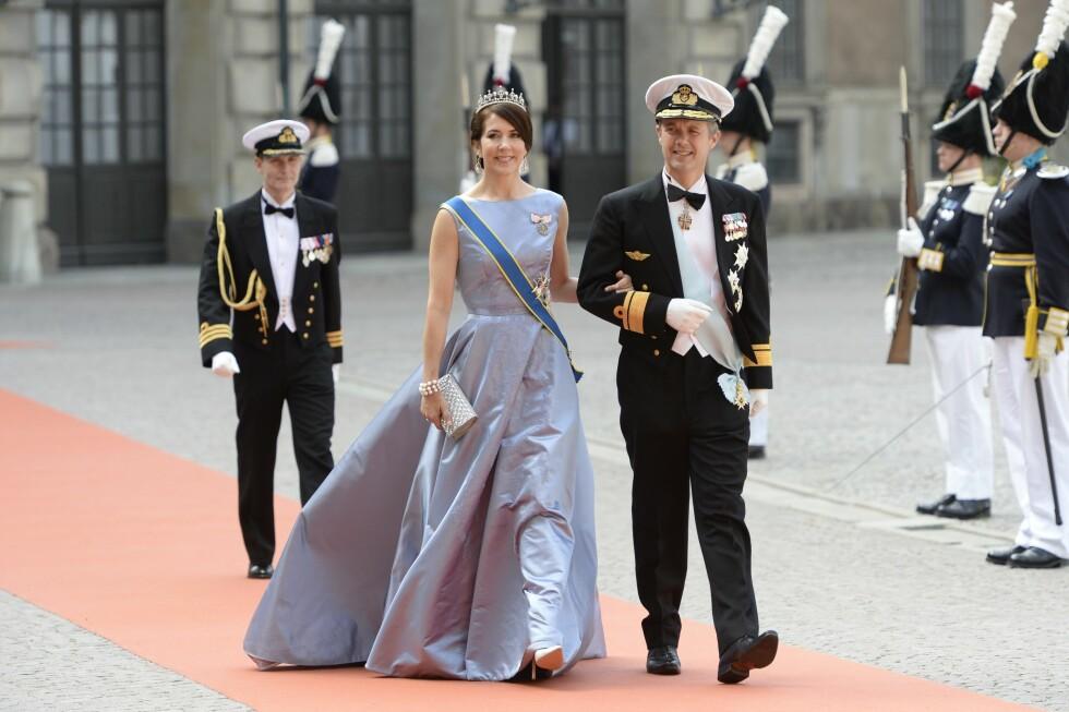 BLÅTT: Danske kronprinsesse Mary og kronprins Frederik strålte på rød løper. Foto: NTB Scanpix