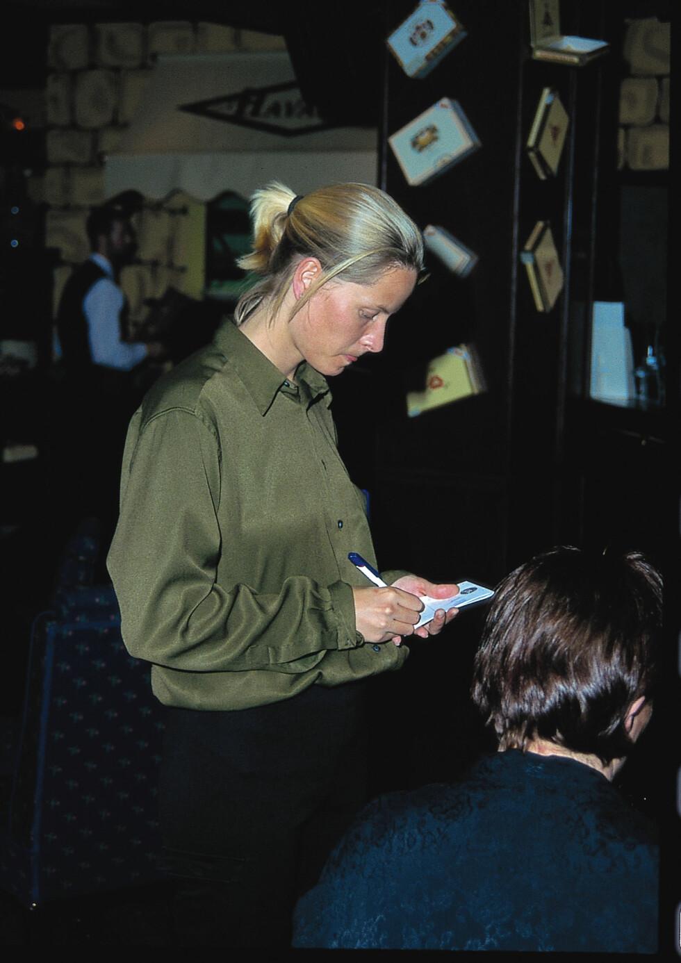 TUNGA RETT I MUNNEN: Kronprinsesse Mette-Marit tok imot bestillnger på flere restauranter, i både Oslo og Kristiansand. Her på jobb på Havana i Kristiansand i 1998.