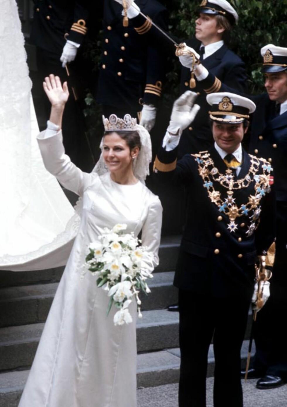 LYKKELIG GIFT: Dronning Silvia og kong Carl Gustaf hilser folket i gatene utenfor Strkyrkan i Stockholm 19. juni 1976.  Foto: Scanpix Sweden