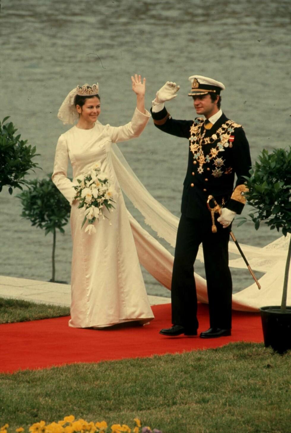 SE, SÅ LIK SØNNEN: Kong Carl Gustaf og dronning Silvia ankommer bryllupsfesten sin i juni 1976.  Foto: TT NYHETSBYRÅN