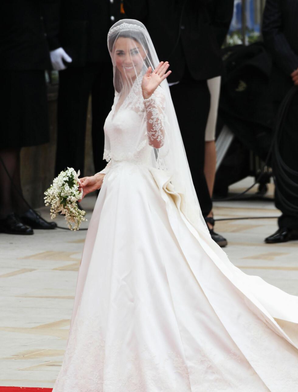 KOSTBAR: Kates brudekjole ble designet av Sarah Burton for Alexander McQueen og skal ha kostet 2,5 millioner kroner, ifølge britiske medier. Foto: All Over Press