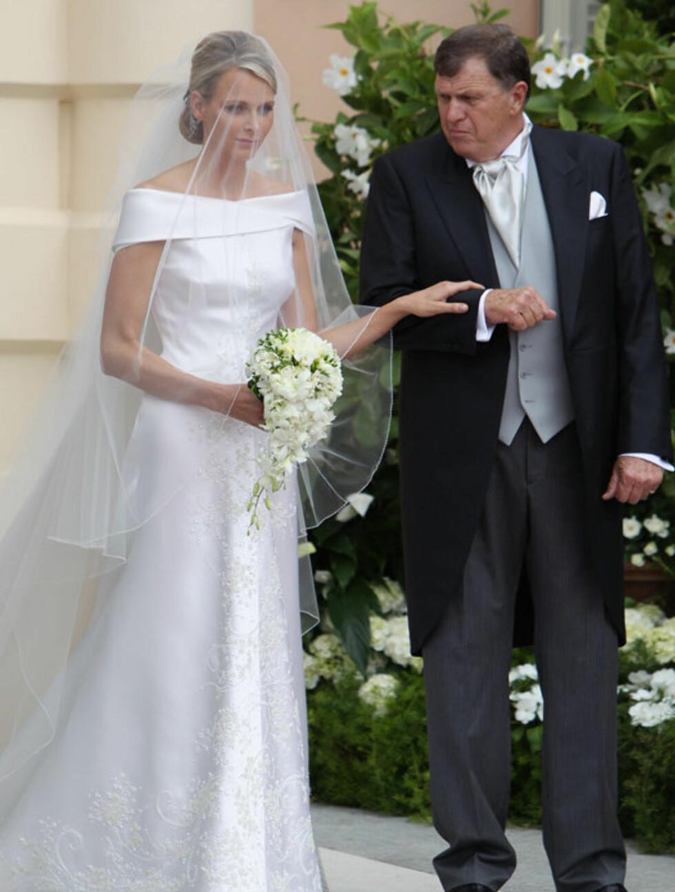 LUKSUSKJOLE: Charlene bar en vakker Giorgio Armani brudekjole i offwhite fra Armanis haute couture-linje Armani Privé. Brudekjolen tok 2500 timer å lage og bestod blant annet av 40 000 Swarovskikrystaller, 20 000 perler og 30 000 stener i gullnyanser. Foto: All Over Press