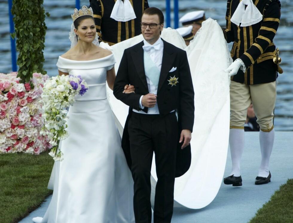 VALGTE SVENSK: Kronprinsesse Victoria giftet seg i en brudekjole fra den svenske designeren Pär Engsheden. Brudekjole var i perlehvit silkeduchesse med utoverliggende krage og korte ermer. Foto: Stella Pictures