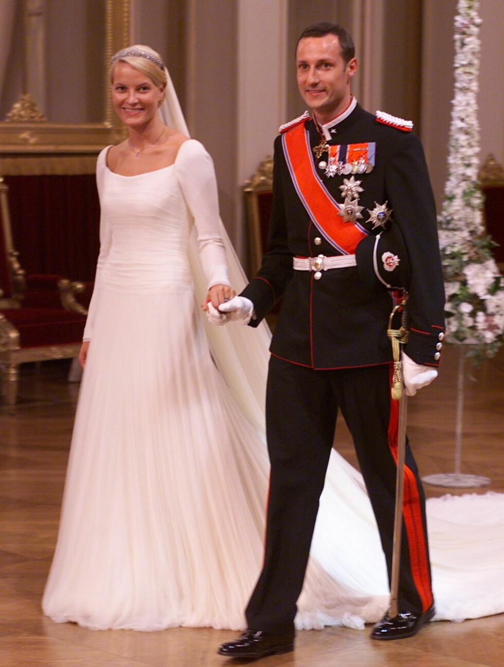 NORSK DESIGN: Kronprinsesse Mette-Marits flotte brudekjole fra norske Ove Harder Finseth var sydd av hele 125 meter drapert silketyll – og var inspirert av en av dronning Mauds kjoler. Foto: All Over Press Norway