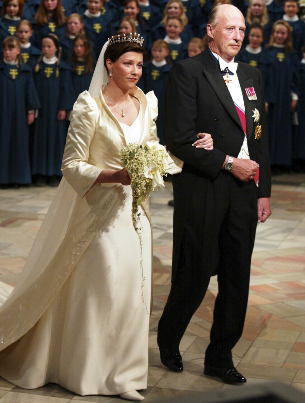 FLOTT: Prinsesse Märtha Louises fløtefargede brudekjole fra norske Wenche Lyche besto av en åpen lang kåpe i blank duchesse over en ermeløs kjole i silkecrêpe. Foto: Se og Hør