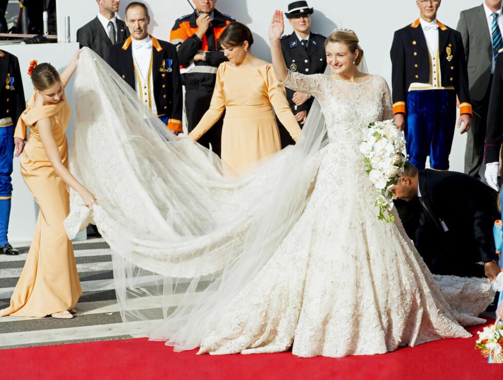 VAKKER: Luxembourgs kronprinsesse Stephanie valgte en brudekjole fra Elie Saab i sitt bryllup i oktober 2012. Det tok 3200 timer å lage brudekjolen, som blant annet var prydet med 50 000 perler og 80 000 krystaller. Foto: UK Press Ltd
