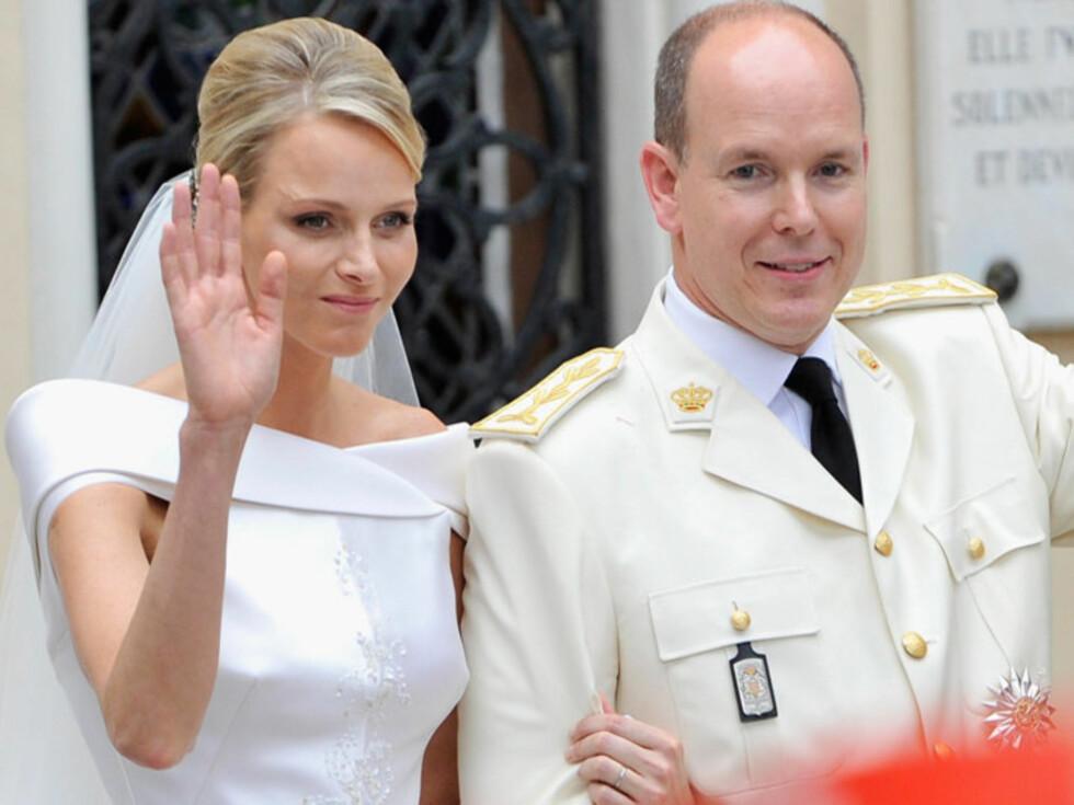 <strong>STIV:</strong> Charlene så ut til å tø opp mot slutten av den religiøse seremonien, men da de nygifte vinket til folkemassene, så fortsatt fyrst Albert mer fornøyd ut enn henne.  Foto: All Over Press