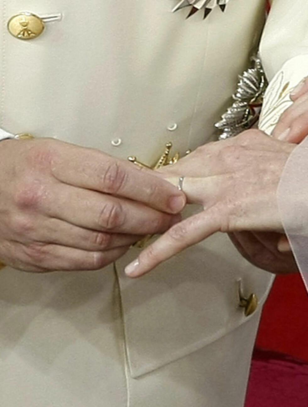 <strong>FLØRTET:</strong> Etter å ha satt gifteringen på Charlenes finger, sendte fyrst Albert henne et flørtete «mimekyss».  Foto: Reuters/ Scanpix