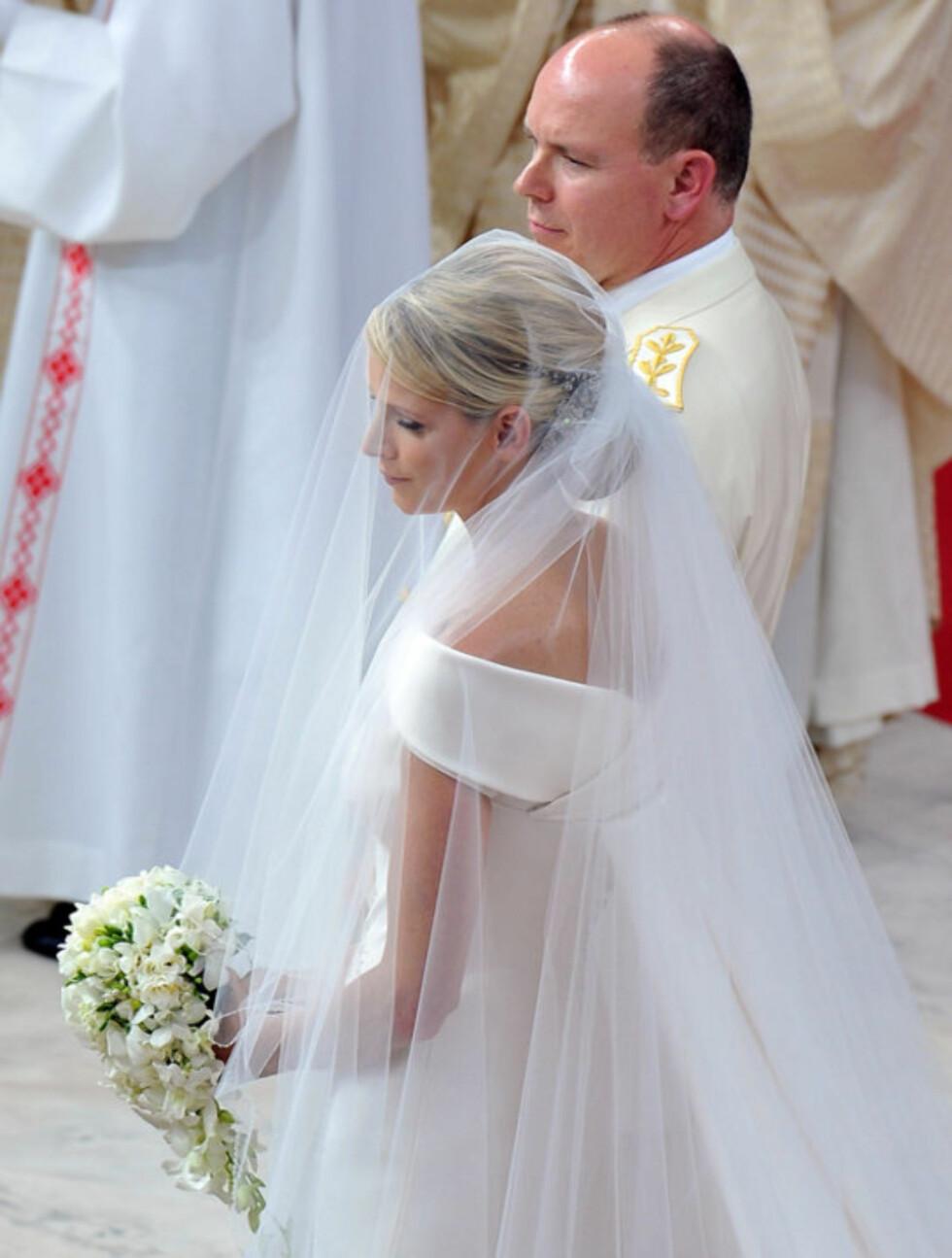 <strong>DYSTER:</strong> Bruden var slående vakker, men alvorlig gjennom store deler av vielsen. Mens fyrst Albert forsøkte å sende Charlene små smil og blikk, stirret hun stort sett stivt fremfor seg.  Foto: All Over Press
