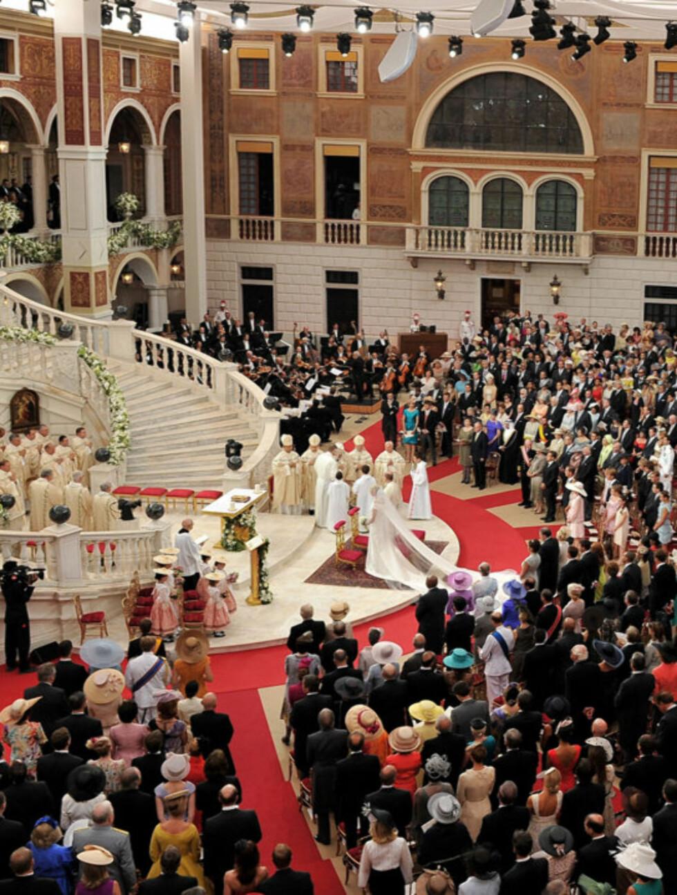 <strong>FULLSATT:</strong> Borggården i palasset i Monaco var fullt av både celebre og royale gjester da fyrst Albert giftet seg med sin Charlene i den religiøse delen av bryllupet lørdag 2. juli. Foto: All Over Press