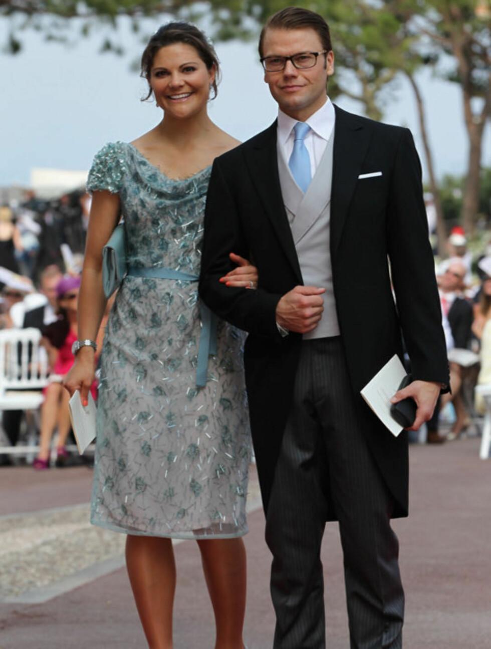 <strong>FORTSATT FORELSKET:</strong> Sverige kronprinsesse Victoria og hennes ektemann Daniel, hertug av Västergotland, matchet søtt da de ankom lørdagens seremoni i Monaco.  Foto: All Over Press