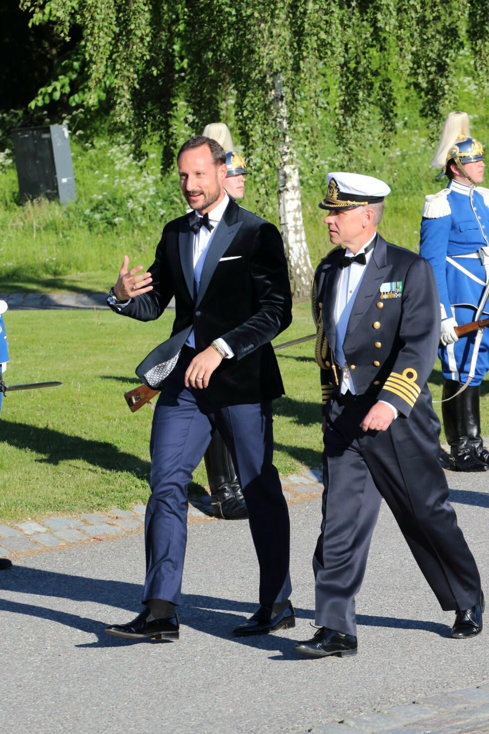 OVERRASKET: Her ankommer kronprins Haakon festen en god stund etter de andre gjestene.  Foto: Aftonbladet