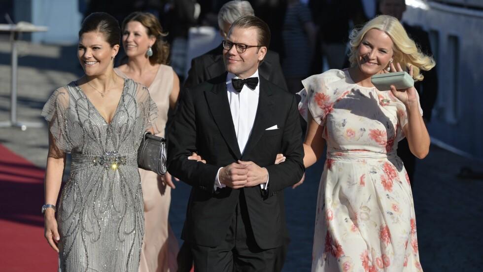 ARM I ARM: Prins Daniel var så heldig å få en vakker kvinne ved hver sin side. Til venstre sin kone kronprinsesse Victoria og til høyre kronprinsesse Mette-Marit Foto: NTB Scanpix