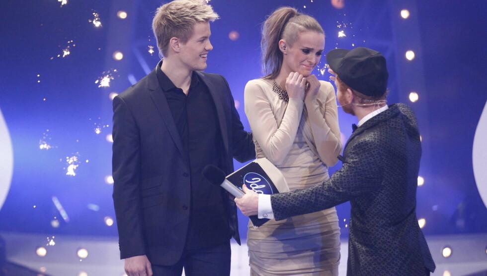 GIKK TIL TOPPS: Her får Jenny en god klem fra Ravi da hun vant Idol for fire år siden.