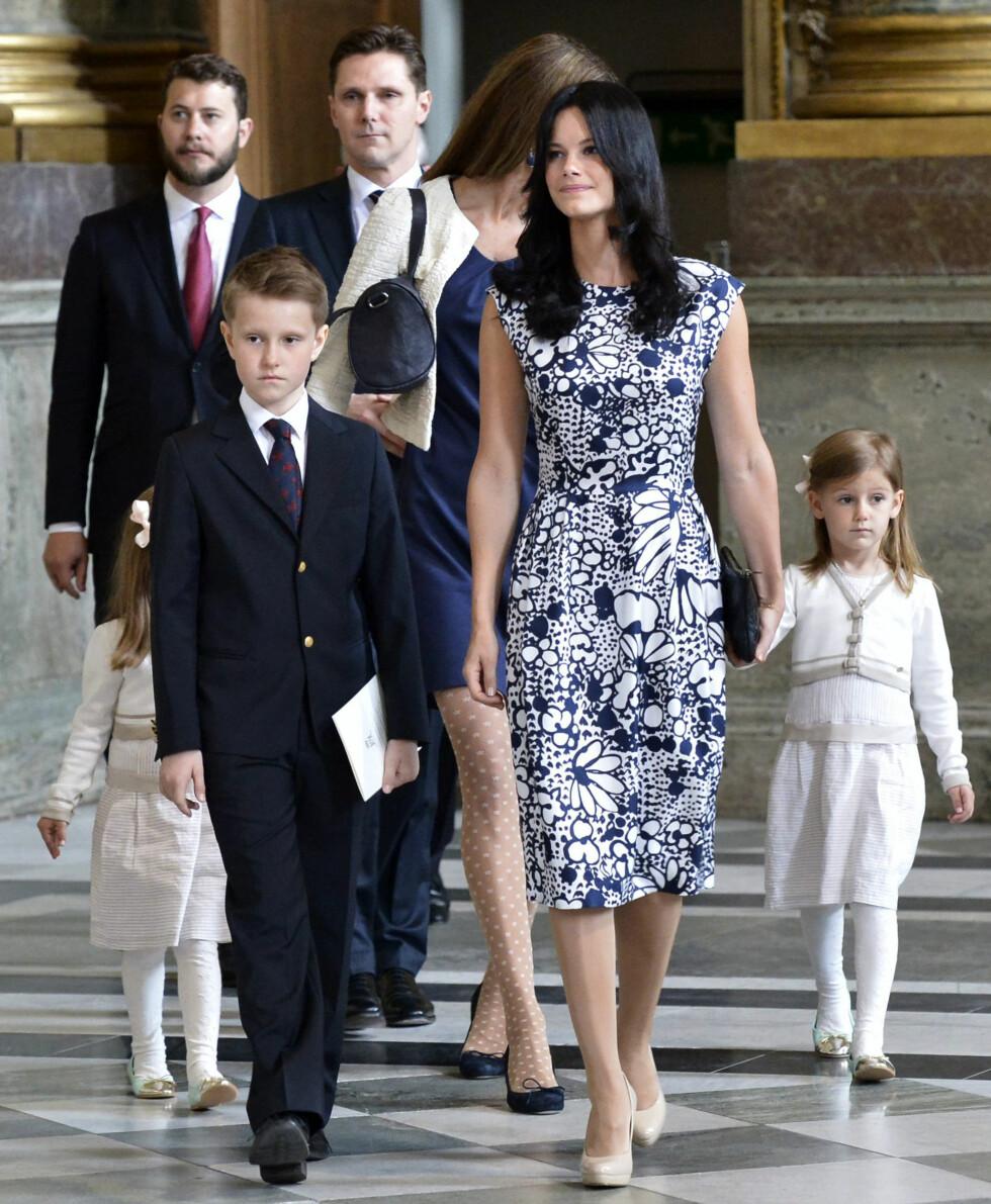 VÅREN 2013: Sofia Hellqvist ankommer prinsesse Madeleines og Christopher ONeills lysningsgudstjeneste i Slottskyrkan, i en mønstrete kjole med perfekt passform. Legg igjen merke til de beige pumpsene, som er av samme type som hertuginne Kates favorittsko. Foto: TT NYHETSBYRÅN