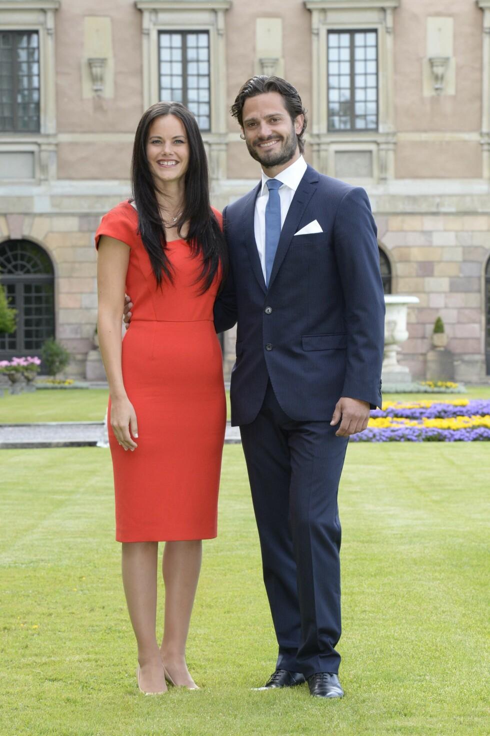 I 2014: Sofia er glad i både sterke farger og elegante silhuetter. Her sammen med prins Carl Philip på Logården ved Stockholms Slott i slutten av juni 2014, da forlovelsen var offisiell. Foto: TT NYHETSBYRÅN