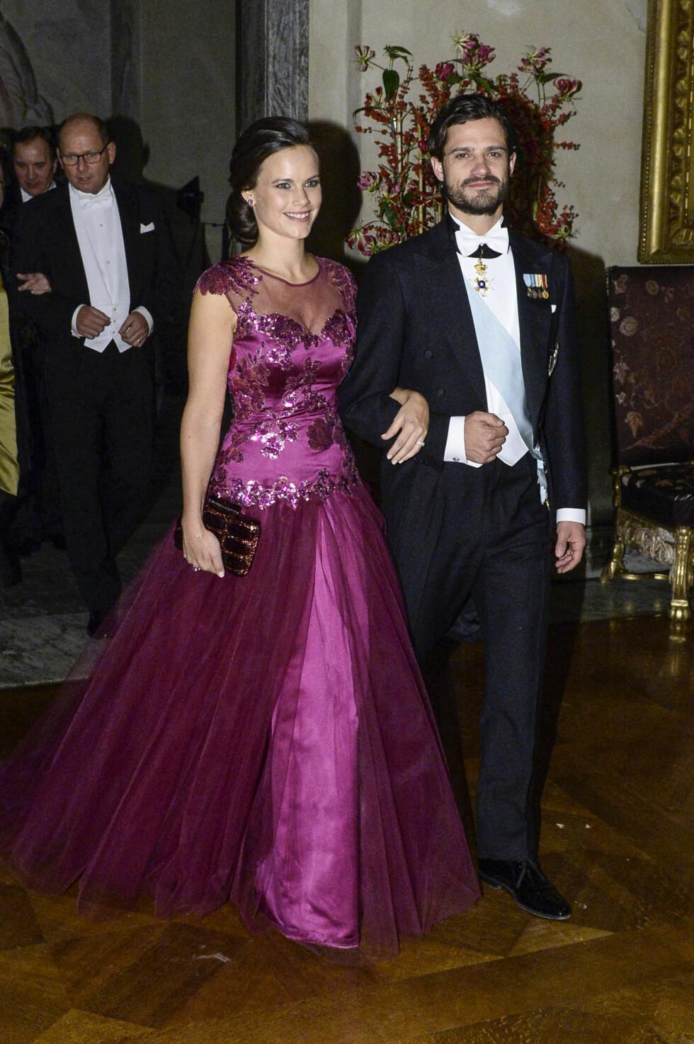 FØR JUL I 2014: Sofia Hellqvist strålte i denne juvelfargede kjolen under Nobelbanketten i Stadshuset i Stockholm. Foto: TT NYHETSBYRÅN
