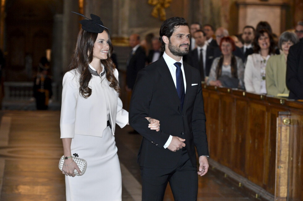 TRENDY: Sofia Hellqvist piffer opp de stilrene antrekkene sine med mer festlig tilbehør. I anledning hennes og prins Carl Philips lysningsgudstjeneste i mai, stylet hun drakten sin med en litt røff clutchveske og spentstig fjærpryd i hatten.  Foto: Reuters