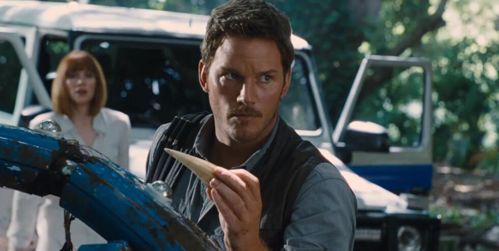 KINOAKTUELL: Chris Pratt fra en scene i Jurassic World.. I bakgrunnen er skuespillerkollega Bryce Dallas Howard. Foto: Xposure