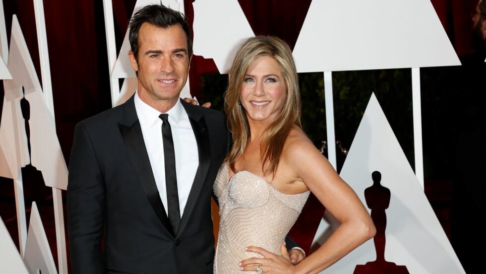 PLANLEGGER BRYLLUP: Jennifer Aniston og Justin Theroux har vært sammen i fire år og er mer forelsket enn noensinne. Her er duoen sammen under årets Oscar-utdeling i februar.  Foto: DPA