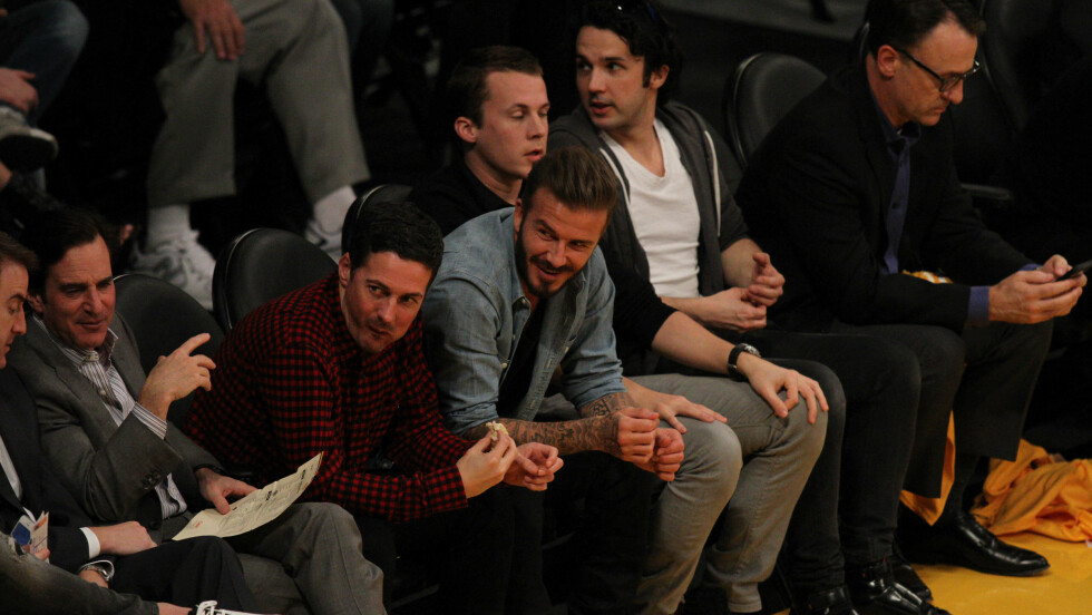 <strong>STJERNEMØTE:</strong> David Beckham og Ylvis-brødrene så LA Lakers slå Chicago Bulls i basketball tidligere i år. Foto: London Ent / Splash News/ All Over Press