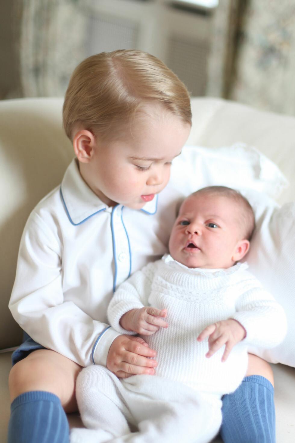SØSKEN: Prins George holder kjærlig sin lillesøster Charlotte. Foto: Ap