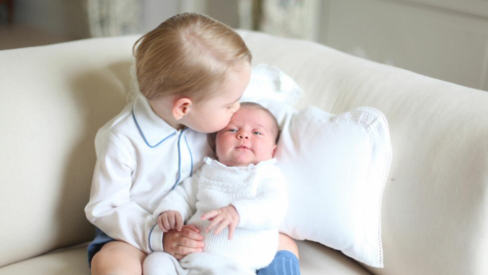 SØTE: Hertuginne Kate Middleton tok bilde av sine barn, prinsesse Charlotte og prins George, og delte det på Twitter. Foto: Scanpix