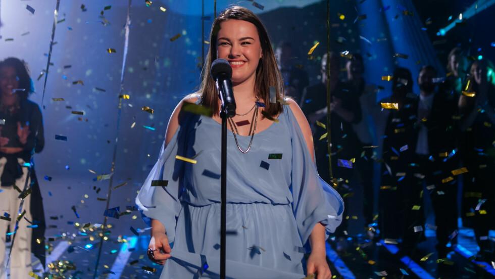 STOR STEMME: 18 år gamle Yvonne har imponert både dommerne og seerne med sin vakre sangstemme. Her er hun etter kveldens vinner-avsløring. Foto: TV2