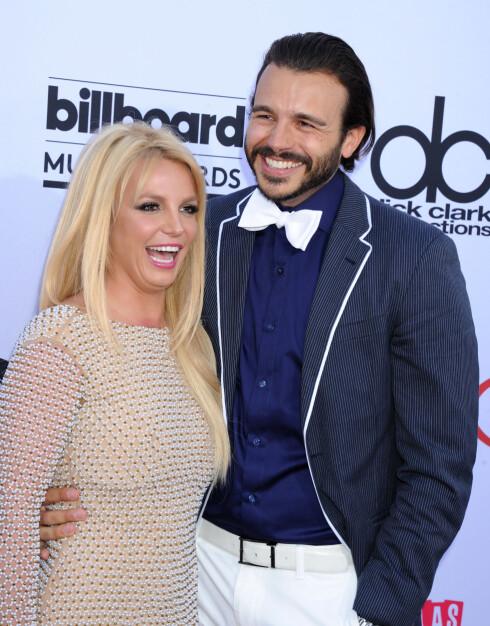 LYKKELIG: Britney Spears ser ut til virkelig å ha blomstret i forholdet til TV-produsenten Charlie Ebersol. De to var i strålende humør da de ankom Billboard Music Awards sammen i midten av mai. Foto: Splash News